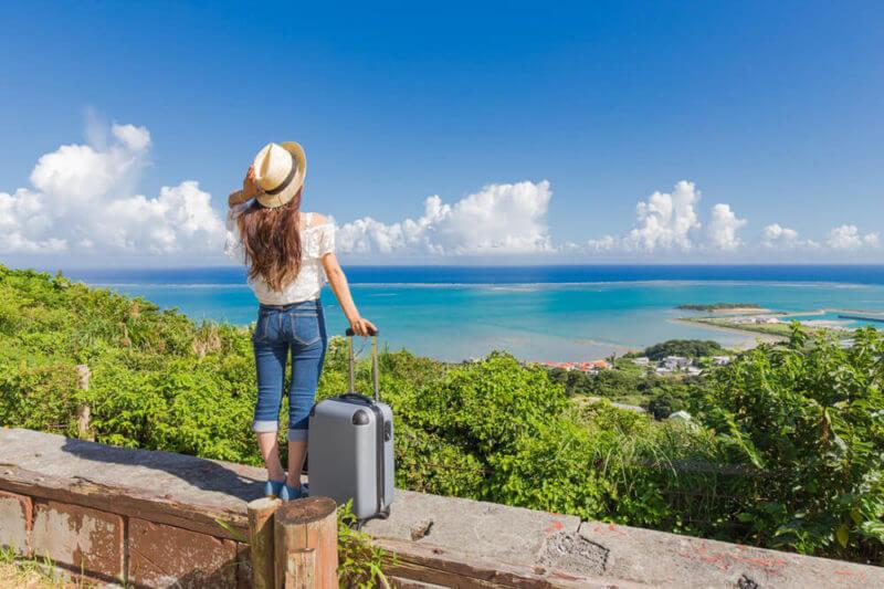 スーツケースと海